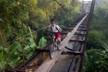 Menyebrang jembatan
